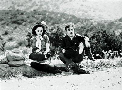 Scena z filmu - Charles Chaplin i Paulette Goddard