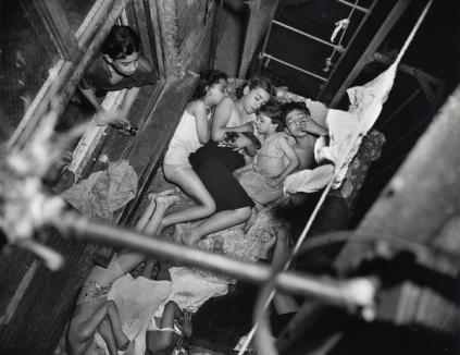 Weegee: Heatspell, Children sleeping on the fire-escape