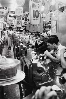 Robert Frank: Drugstore, Detroit 1955